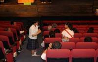 坊ちゃん劇場内で生徒がインタビュー